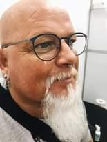 Bild könnte enthalten: 1 Person, Brille, Bart und Nahaufnahme