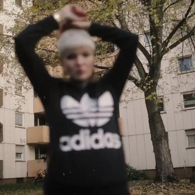 @kimbagraphy-und-@jeromehoffmeister-haben-ein-cooles-Video-gedreht-KImba-traegt