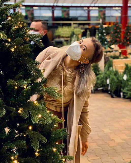 Unsere-liebe-Chefin-@idawildcat-ganz-fröhlich-hinter'm-Weihnachtsbaum-Heute-konnten