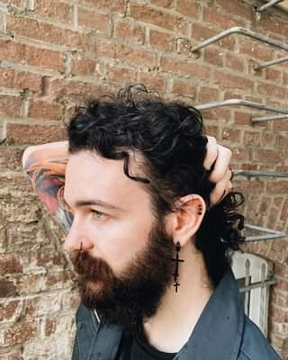 Ist möglicherweise ein Bild von 1 Person, Bart und Backsteinmauer
