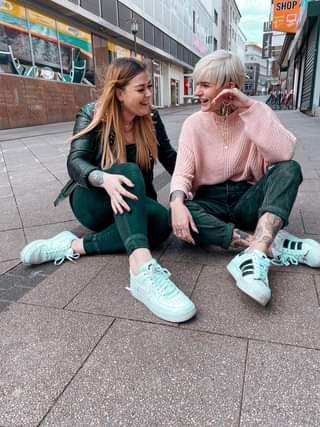 Ist möglicherweise ein Bild von 2 Personen und Schuhe